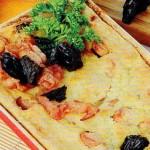 Bulvių pyragas su džiovintomis slyvomis